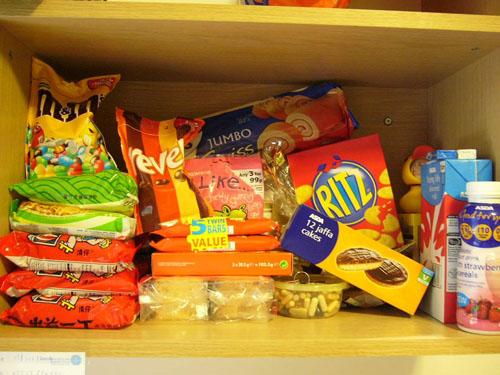 Hãy dự trữ đồ ăn khi bão đến.
