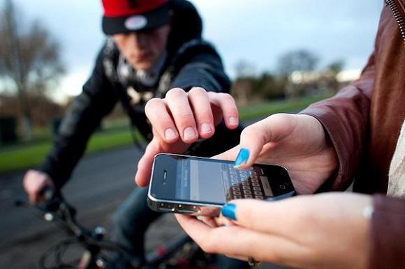 Không nên sử dụng điện thoại ngoài đường.