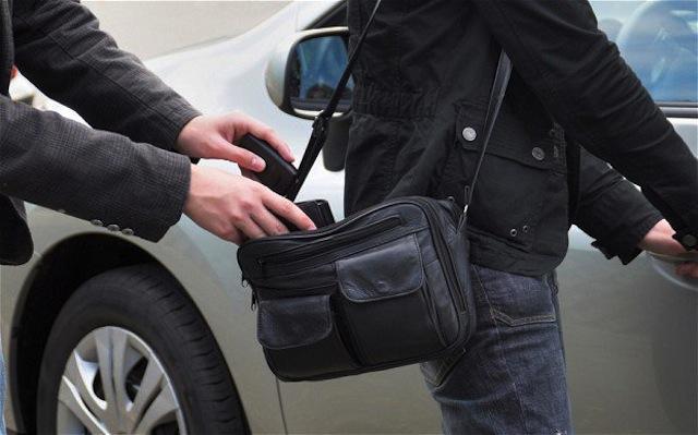 Giữ khoảng cách với người lạ sẽ giúp bạn hạn chế tình trạng bị trộm cướp, móc túi
