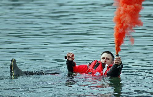 Pháo khói có thể dùng để báo hiệu cho tàu cứu hộ.