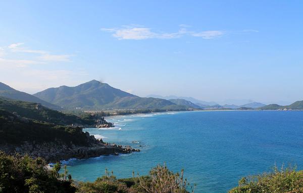 Tuyến đường ven biển Ninh Thuận dài 105 km luôn quyến rũ các tay phượt thủ đến chinh phục. Ảnh: Xuân Lộc.