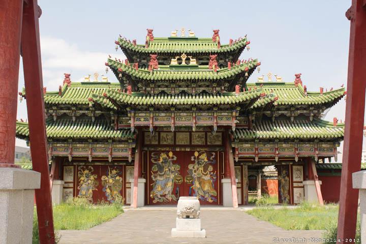 Bước vào cung điện mùa đông, bạn sẽ như được trở về thời kỳ huy hoàng của đế chế Mông Cổ