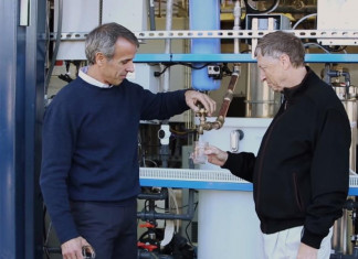 Bill Gates bên cạnh chiếc máy.