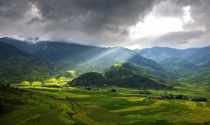 Đèo Khau Phạ với chóp núi nằm trên biển mây hệt như một chiếc sừng nhô lên đến tận trời.