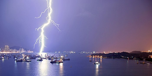 Hiện tượng sấm chớp xảy ra trong không khí dưới tác động của những đám mây điện tích