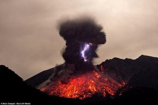 Sét trên miệng núi lửa hoạt động thực chất cũng dựa trên nguyên ký tích điện như các đám mây điện tích