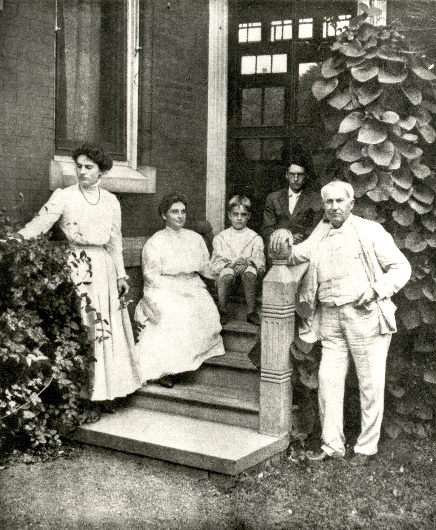 Thomas Edision chụp ảnh cùng gia đình khi còn nhỏ