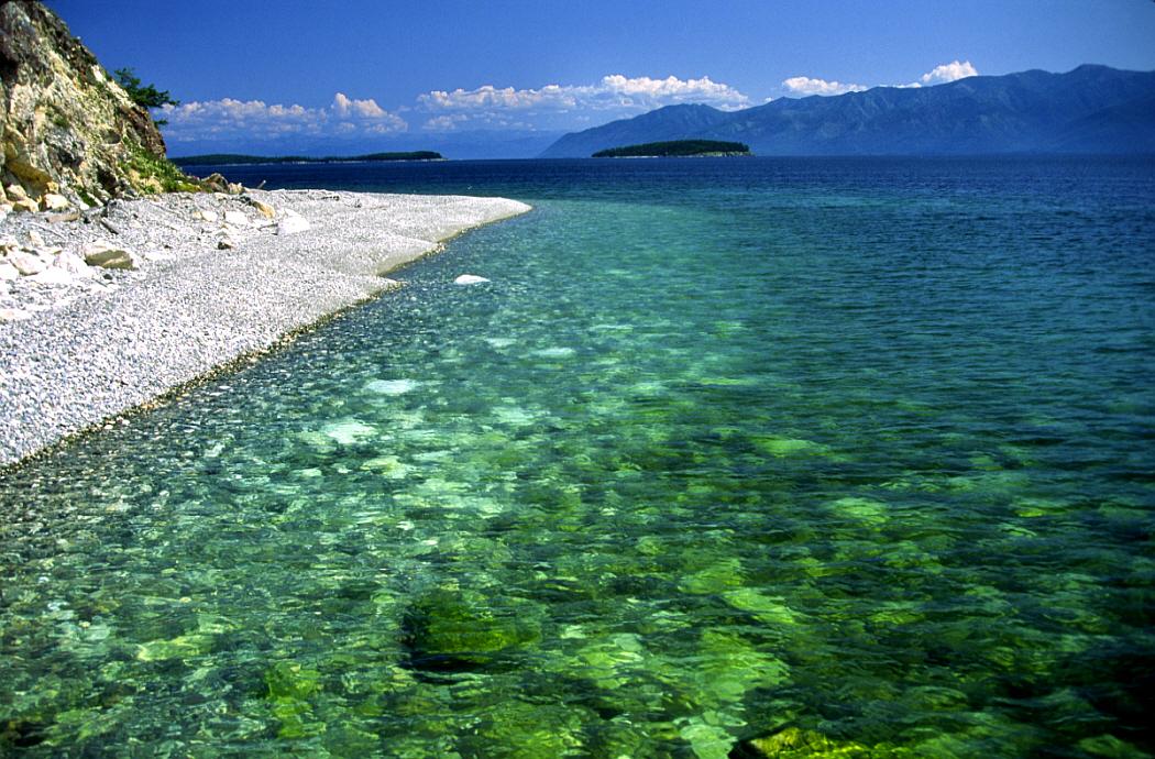 Làn nước trong vắt đến mức có thể nhìn thấy đá hay những sinh vật dưới lòng hồ.