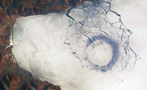Hình ảnh vòng xoáy hồ Baikal vào mùa đông được chụp từ vệ tinh.