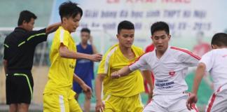 Cầu thủ THPT Phùng Khắc Khoan trong một pha giành bóng gay cấn