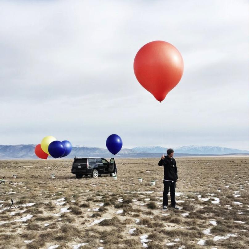 Chàng trai trẻ Erik Roner đã tái hiện hình ảnh ngôi nhà bay trong bộ phim với 90 quả bóng của mình