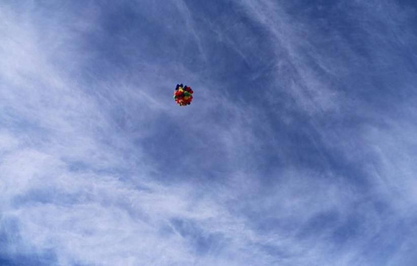 Những quả bóng đã đưa anh lên tới độ cao 2.438m, ở độ cao này, Erik cảm thấy dường như không nơi nào bình yên hơn