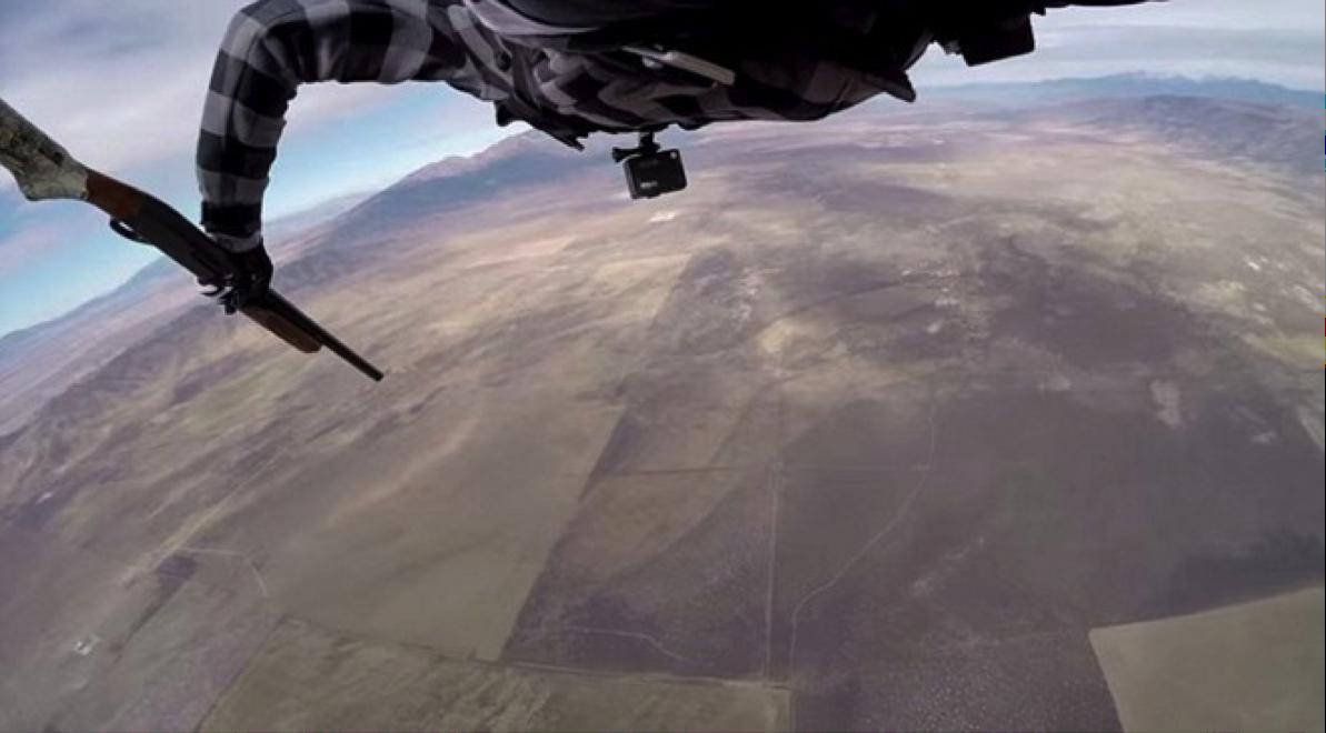 Hoàn thành chuyến thám hiểm còn có thêm một trải nghiệm thú vị khi rơi tự do từ độ cao hơn 2.400m