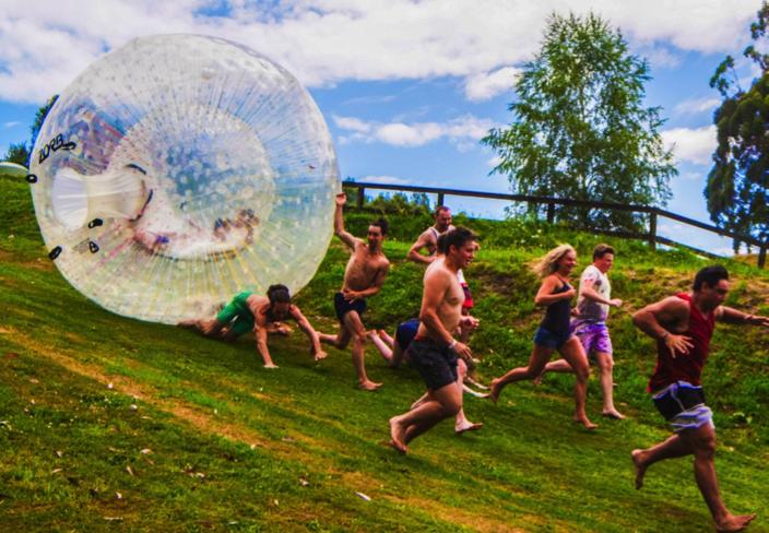 Bạn có chạy đủ nhanh để tránh những quả cầu Zorbing này đè lên hay không?