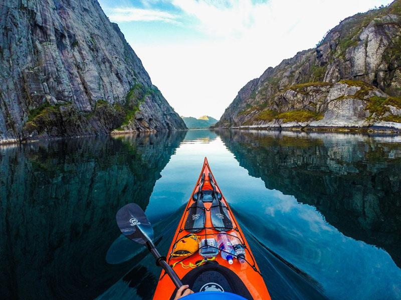 Chèo Kayak trên sông - thú vui của giới trẻ