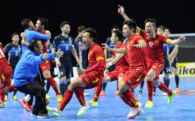 Sự mừng rỡ từ cầu thủ Việt Nam cho đến những nhân viên y tế và kỹ thuật – Ảnh: Internet