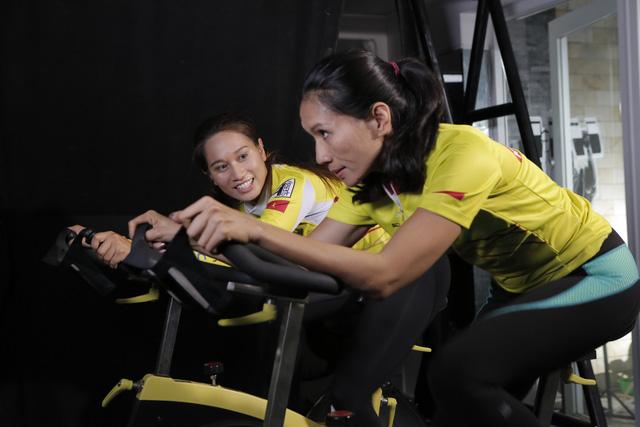 Thanh Vũ (trái) cùng tập luyện và hướng dẫn các VĐV trong đội Ironman Number 1 Team chuẩn bị cho thử thách tại Đà Nẵng ngày 8/5