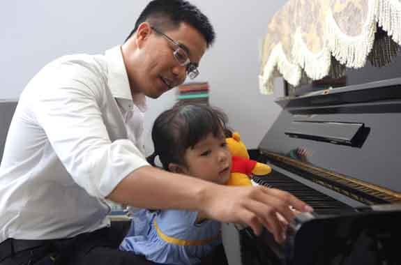 Ngô Quang Thảo - thành viên Number 1 team tham gia IronMan 70.3 Việt Nam chơi đàn cùng con gái