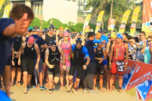 Đúng 6h27' sáng, các VĐV bắt đầu bài thi bơi 1,9km trên biển sau tiếng súng khai mạc