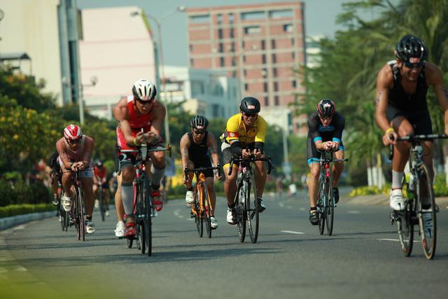 Các Ironman chinh phục đường đua xe đạp trong điều kiện nắng nóng gay gắt ở Đà Nẵng