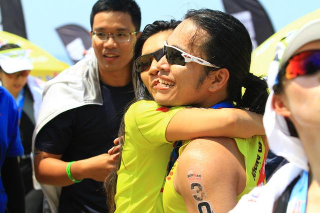 Mặc dù rất mệt mỏi sau hai phần thi, Ngô Quang Thảo (áo đen) và Hoa Nguyễn vẫn đợi ở đích chặng bán marathon để đón và chia vui với Hoàng Lê Giang