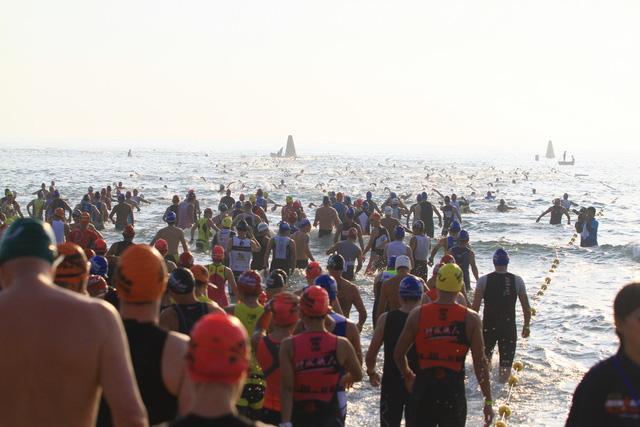Các VĐV không phí một giây nào, lập tức lao xuống biển trong tinh thần ganh đua quyết liệt