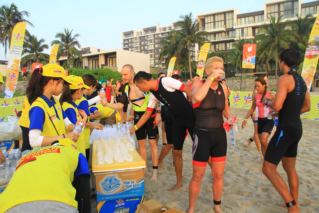 Các VĐV uống nước và tranh thủ nghỉ ngơi nhanh trước khi gấp rút bước vào chặng thứ hai – 90 km đạp xe