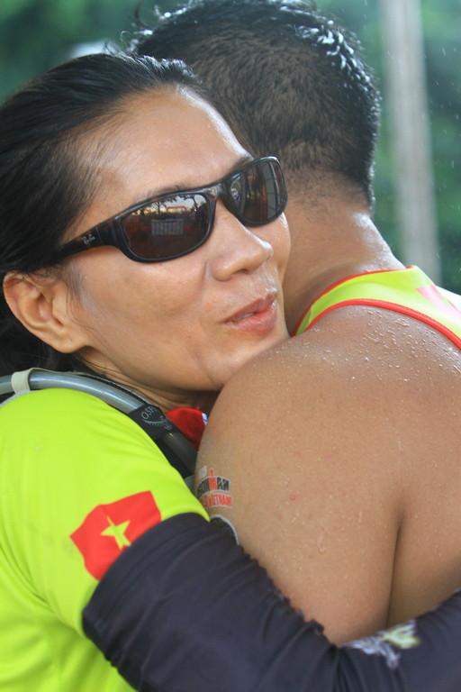 Nữ chiến binh Hoa Nguyễn của đội Number 1 team chúc mừng đồng đội Ngô Quang Thảo và tiếp nhận chip tính giờ để bước vào chặng đua xe đạp
