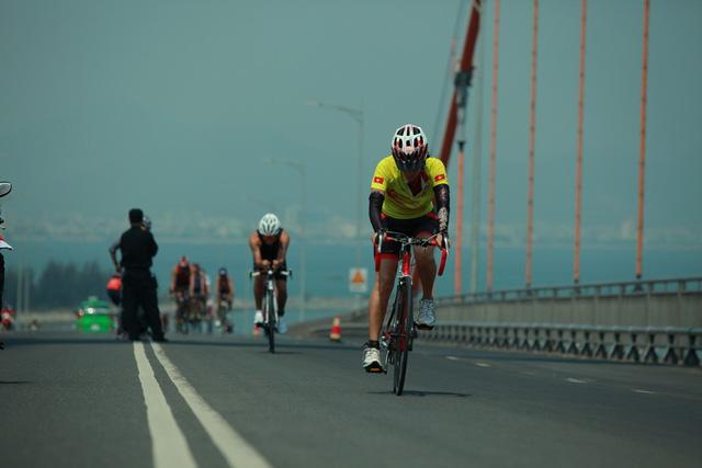 Vượt cầu Thuận Phước là thử thách đáng kể đối với các Ironman trong điều kiện nắng nóng, gió to. Đây cũng là điểm mà nhiều VĐV chấp nhận bỏ cuộc.