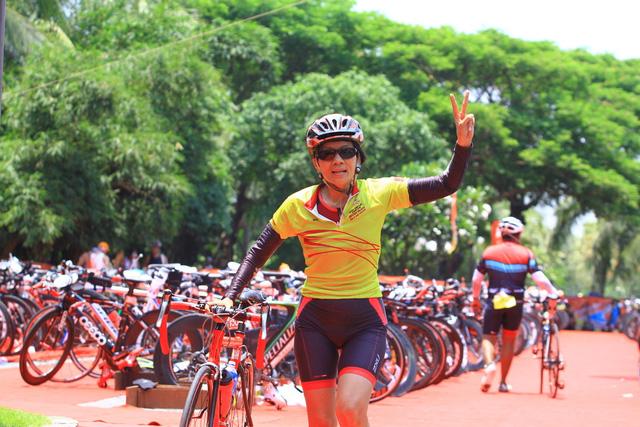 Sau hơn 3 giờ trên yên xe đạp, Hoa Nguyễn trở thành nữ VĐV Việt Nam có kết quả tốt nhất phần thi xe đạp.
