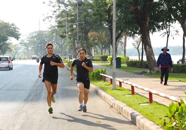 Paul Normand và Hoàng Lê Giang tập luyện dưới cái nóng 40 độ C của TP.HCM