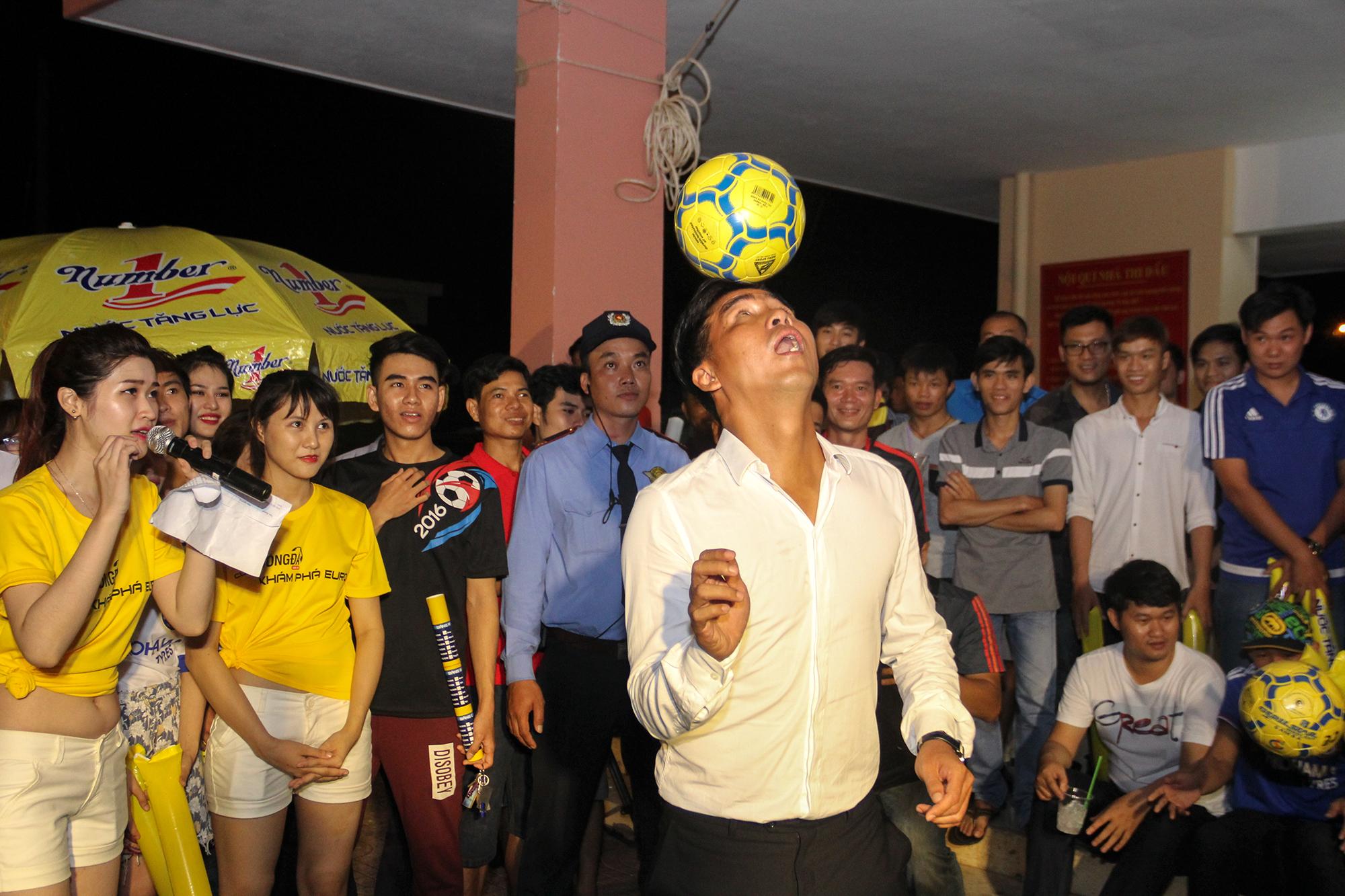 Cựu tuyển thủ Nguyễn Việt Thắng khuấy động không khí EUR