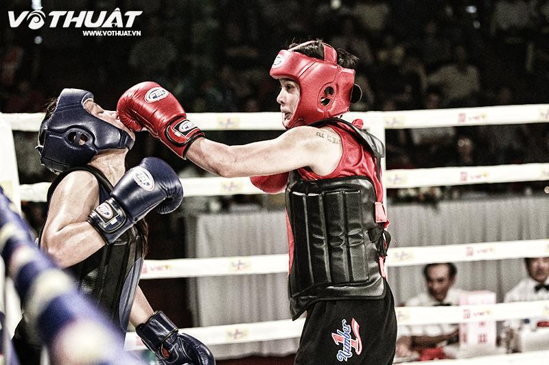 Tuyết Mai (đỏ) áp đảo đối thủ Huỳnh Như (xanh) ngay từ đầu trận.