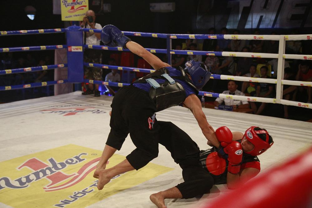 Bá Tá (đỏ) làm nên chiến công lớn khi đánh bại võ sĩ CAND