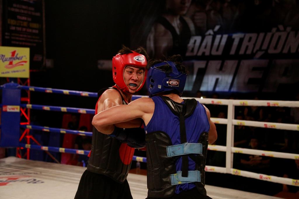 Là một võ sĩ có nhiều kinh nghiệm thi đấu nhiều môn, Hoàng Văn Toản (đỏ) dễ dàng kiểm soát được