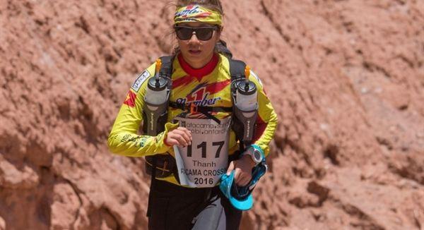 Cô gái 9X Thanh Vũ cũng đã không ít lần bật khóc vì những vết thương đau đớn từ đôi chân phồng rộp giữa hành trình 1.000km sa mạc khắc nghiệt nhất thế giới với nền nhiệt có khi lên tới 40 độ C