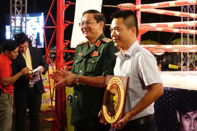 Đại diện tập đoàn Number 1 – Tân Hiệp Phát nhận kỷ niệm chương của BTC