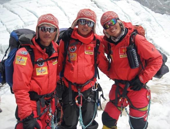 Mặt của Phan Thanh Nhiên bị sạm đen vì bỏng lạnh ở nhiệt độ từ -30 đến - 40 độ C. Hành trình chinh phục Everest là những chuỗi ngày dài mà anh luôn phải đấu tranh tư tưởng giữa sự sống và cái chết, giữa đi tiếp hay bỏ cuộc