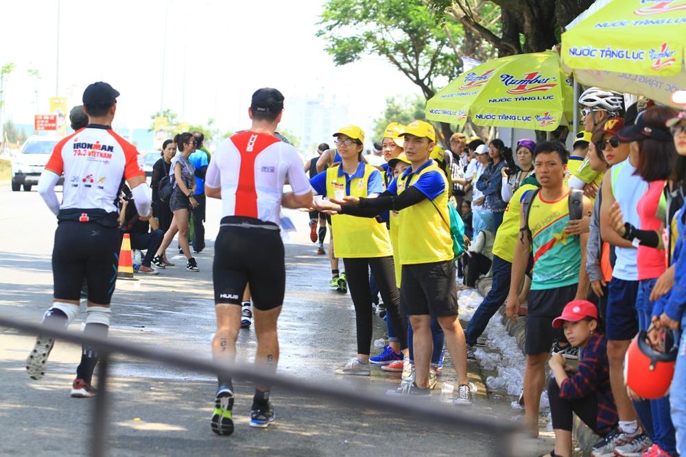 Nước tăng lực Number 1 bổ sung năng lượng kịp thời cho các vận động viên đồng hành cùng IronMan 70.3 VietNam Đà Nẵng 2017