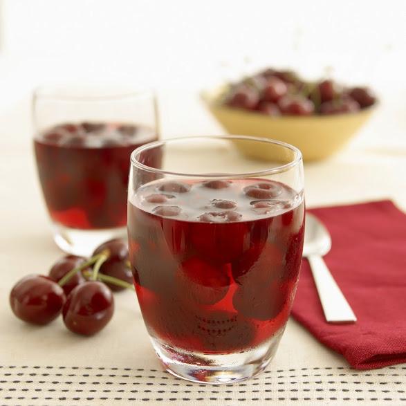 Chơi thể thao uống nước gì tốt - Nước ép anh đào (quả Cherry) - là loại nước uống rất tốt sau khi chơi thể thao