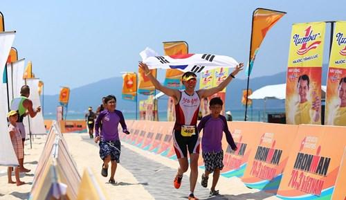 Vận động viên Hàn Quốc hoàn thành chặng thi bơi trong cuộc thi Ironman 70.3 năm 2016.