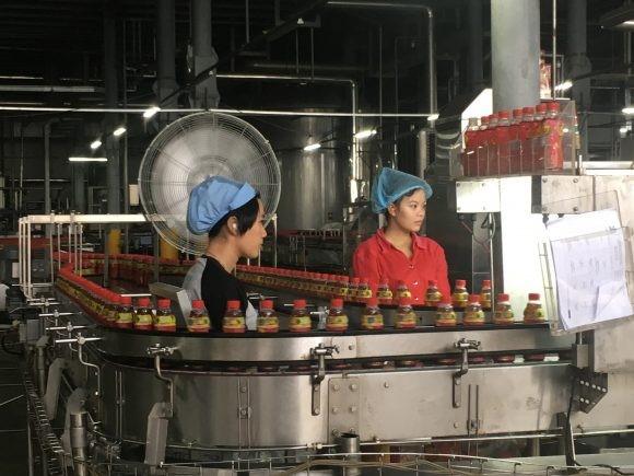 Nữ công nhân đang làm việc với dây chuyền sản xuất Aseptic
