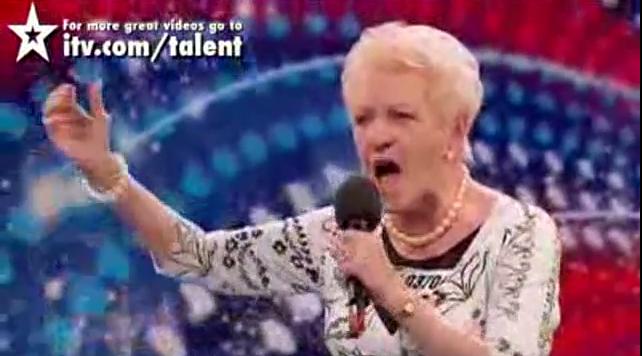 Cụ bà 81 tuổi có giọng hát vang rền