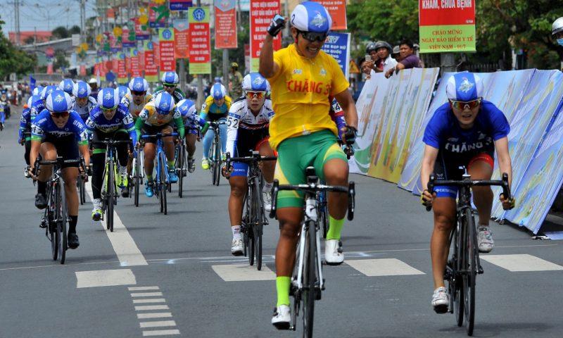 """""""Chiếc máy kéo"""" ấn tượng tại giải đua xe đạp nữ cúp Truyền hình An Giang"""