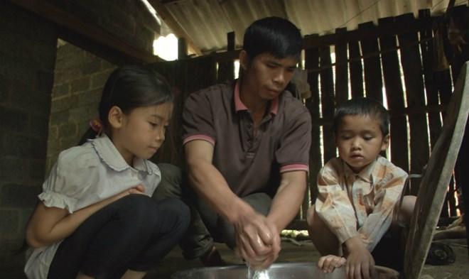 Người cha nghèo một mình gồng gánh nuôi hai con nhỏ