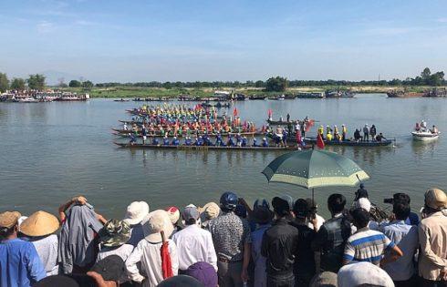 Hàng nghìn người dân đứng kín bờ sông Thu Bồn xem đua thuyền truyền thống