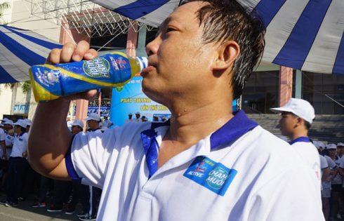 Thức uống nào phù hợp cho những người chơi thể thao ra mồ hôi nhiều?