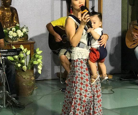 Nữ ca sỹ địu con hát đầy cảm xúc trong đêm đấu giá tác phẩm hội họa 'Mẹ'
