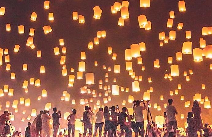 Trời đêm Chiang Mai huyền ảo trong lễ hội đèn trời Yee Peng