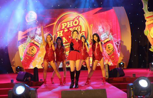 Khán giả phát cuồng trong đêm nhạc Phố Hàng Nóng